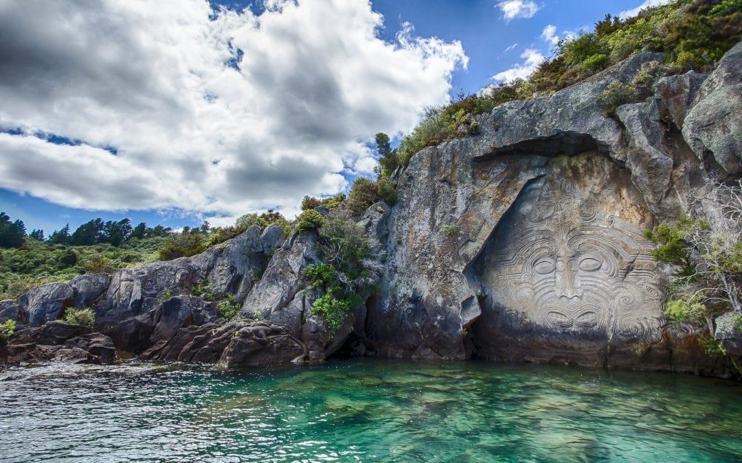 rocher gravé symbole maori